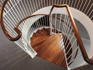 The attention to details in the view from above Pasillos, vestíbulos y escaleras de estilo moderno de homify Moderno