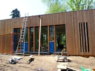 ENTRE DEUX ESPACES BOISÉS CLASSÉS Maison ossature bois (69), livraison juin 2013:  de style  par Urban Studio