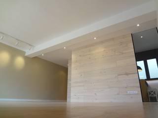 Tabiques madera pino y cristal: Salones de estilo  de davidMUSER building & design