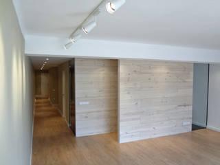 Tabiques madera pino: Salones de estilo  de davidMUSER building & design