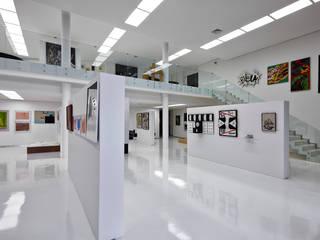 Vista interna da galeria de arte.: Paredes  por Humberto Hermeto