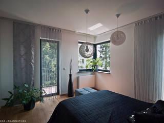 Dormitorios minimalistas de PRACOWNIA PROJEKTOWA JAGANNA Minimalista