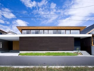 trough モダンな 家 の Y.Architectural Design モダン