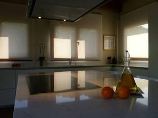 Modern kitchen by COCINAS SANTOS Modern