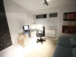 """Apartament """"Bronowice Residence"""", ul. Chełmońskiego, Kraków - projekt 2012/2013r, zrealizowany w 2014 Minimalistyczne domowe biuro i gabinet od Orange Studio Minimalistyczny"""