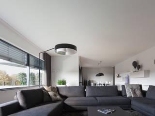penthouse :  Woonkamer door Interieurvormgeving Inez Burvenich