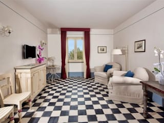 scacchi bianco/nero: Soggiorno in stile in stile Rustico di surrena terracotta falisca srl
