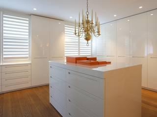 Inloopkast / dressing in appartement: modern  door Antonisseninterieurbouw, Modern