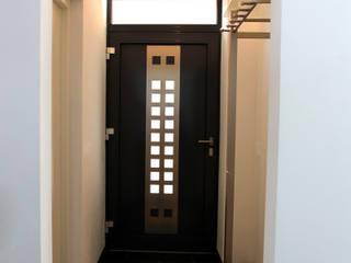 Pasillos, vestíbulos y escaleras de estilo moderno de Karl Kaffenberger Architektur | Einrichtung Moderno