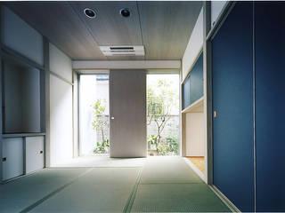 MKO: 濱嵜良実+株式会社 浜﨑工務店一級建築士事務所が手掛けた寝室です。