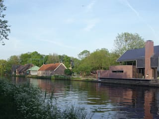 Woning aan de Vliet: moderne Huizen door VVKH Architecten