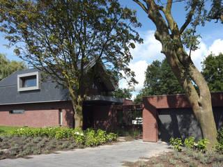 Monumentale bomen bij de entree: moderne Huizen door VVKH Architecten