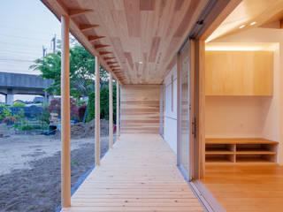 鴻巣の曲り家: 株式会社 中山秀樹建築デザイン事務所が手掛けたテラス・ベランダです。,