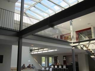 Groot zadeldak van 5 x 14 meter in een kantoorpand. Industriële kantoorgebouwen van Niek Roos Industrieel