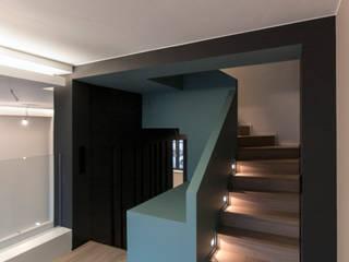 Maison unifamiliale à basse consommation d'énergie Couloir, entrée, escaliers modernes par RM archi sàrl Moderne