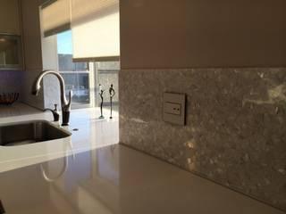 Pure White Freshwater Mother of Pearl in Crazy Pattern Panels. ShellShock Designs Salle de bain moderne