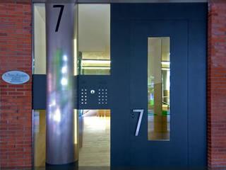 Portal en Landako.. Pasillos, vestíbulos y escaleras de estilo moderno de Estudio TYL Moderno