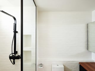 Industrial style bathrooms by Eightytwo Industrial
