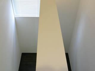 ホビールーム~中庭~ガレージが一体となった家(茅ヶ崎の家): 大島功市建築研究所 一級建築士事務所が手掛けた廊下 & 玄関です。