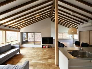 桜並木の家: 五藤久佳デザインオフィス有限会社が手掛けたリビングです。