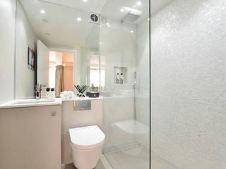 Apartment decorated in Black lip herringbone pattern and natural freshwater Mother of Pearl mosaics ShellShock Designs Salle de bain moderne