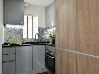 Apartment decorated in Black lip herringbone pattern and natural freshwater Mother of Pearl mosaics ShellShock Designs Cuisine moderne