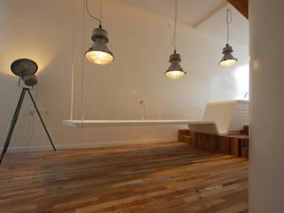 keuken wordt hangende eettafel: moderne Eetkamer door CUBE architecten