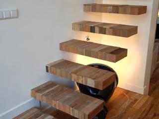 zwevende trap in hetzelfde sloophout als de vloer: eclectische Eetkamer door CUBE architecten