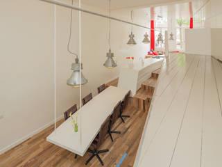 de keuken, borrelhoek en hangende eettafel Moderne eetkamers van CUBE architecten Modern