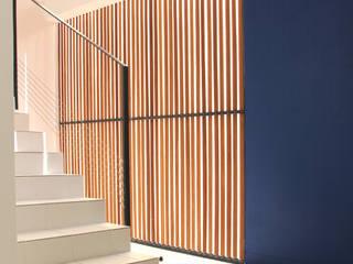 7BIS - Réhabilitation d'une maison individuelle Couloir, entrée, escaliers tropicaux par ARA Architecture Aménagement Tropical