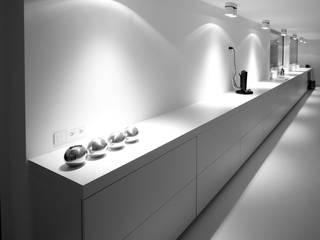 Meubel als verbinding tussen eetplaats en keuken.:   door aHa-architecten gcv