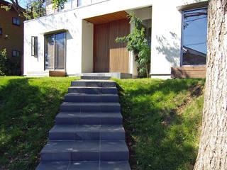 アプローチ: 株式会社横山浩介建築設計事務所が手掛けた家です。