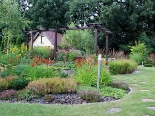 Rabata przy siedzisku: styl , w kategorii  zaprojektowany przez Garden Idea - Projektowanie Ogrodów