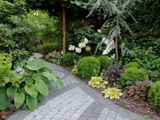 Rabata w cieniu: styl , w kategorii  zaprojektowany przez Garden Idea - Projektowanie Ogrodów
