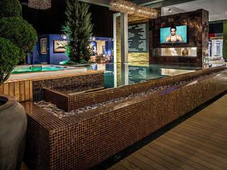 Qmozaix glasmozaiek en Starlike epoxyvoegen laten Waterstijl zwembad schitteren:  Zwembad door Keramix, Modern