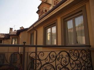 Klasyczny balkon, taras i weranda od Decor Group Klasyczny
