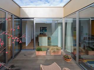 Balcones y terrazas de estilo moderno de Osterwold°Schmidt EXP!ANDER Architekten Moderno