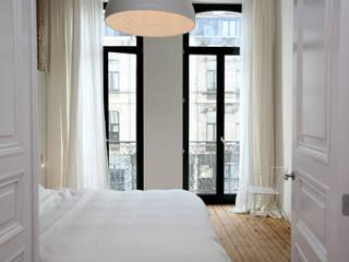 Project inrichting Herenhuis Antwerpen: moderne Slaapkamer door Antequercus