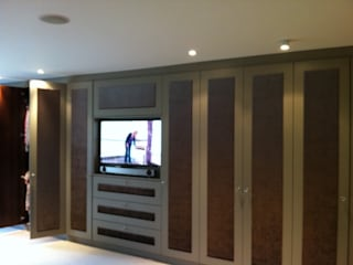 Stylish bespoke wardrobes finished with hand sprayed doors with suede inlayed panels. Designer Vision and Sound: Bespoke Cabinet Making Camera da lettoArmadi & Cassettiere