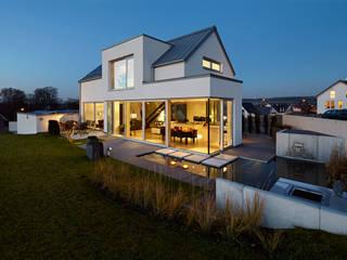 Lichtdurchflutetes Satteldach Moderne Häuser von völse architekten bda Modern