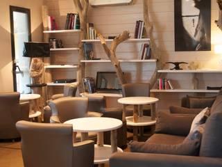 Bibliothèque en bois flotté: Hôtels de style  par CORO furniture