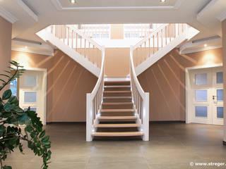 Stilgerechte  Lösung für großzügige Eingangsbereiche:  Flur & Diele von STREGER Massivholztreppen GmbH