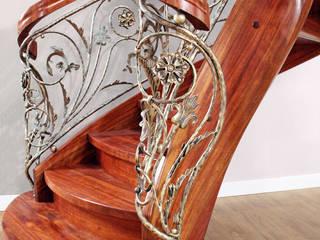 Aufwendig gefertigtes Kunstschmiedegeländer:  Flur & Diele von STREGER Massivholztreppen GmbH