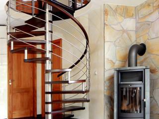 Spindeltreppe mit Galeriegeländer : moderne Wohnzimmer von STREGER Massivholztreppen GmbH