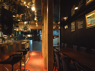 italian bar: 濱嵜良実+株式会社 浜﨑工務店一級建築士事務所が手掛けたレストランです。