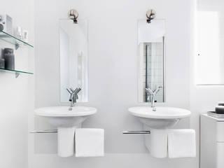 Geheel witte badkamer met sanitair van Starck:  Badkamer door Interieurvormgeving Inez Burvenich