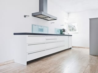 woonkamer en keuken woonhuis Ravels Moderne keukens van Interieurvormgeving Inez Burvenich Modern