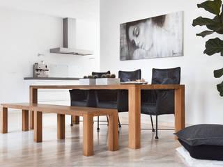 woonkamer en keuken woonhuis Ravels:  Woonkamer door Interieurvormgeving Inez Burvenich