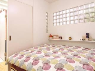 空間の凹凸を活かしたカラフルな家: nuリノベーションが手掛けた寝室です。,