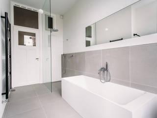 Badkamer privewoning Scheveningen Moderne badkamers van Not Only White B.V. Modern